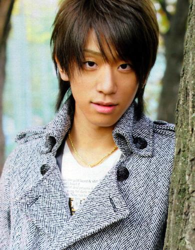 黒髪ロン毛の小山慶一郎